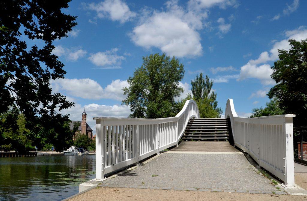 Bauchschmerzenbrücke mit Blick auf die Johanniskirche